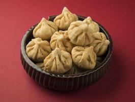 """serveras tallrik med det heliga receptet som kallas """"modak"""", indisk söt foto"""