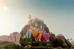 staty av lord shiva-parvati med ganesha foto