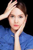 porträtt av vacker ung asiatisk kvinna foto