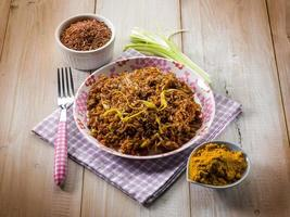 rött ris med curry och purjolök foto