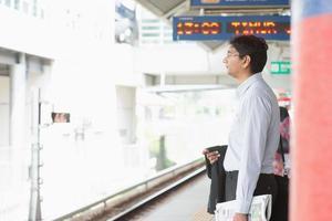 indisk affärsman väntar tåg