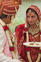 lyckliga indiska par i deras bröllop. foto