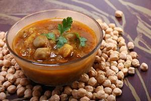 indisk kryddig chana masala med rå kikärter foto