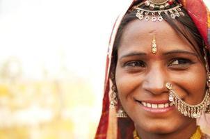 glad indisk kvinna foto