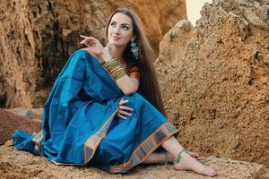 vacker flicka i traditionell indisk sari foto