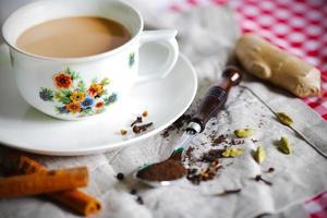 masala chai eller indiskt te med kryddor foto