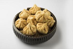 serverad platta med heligt indiskt sött recept modak foto