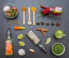 blandade kryddor och örter. mat och ingredienser i köket. foto
