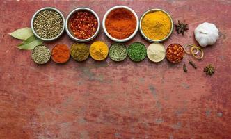 blandade kryddor och örter. mat och ingredienser röd backgro foto