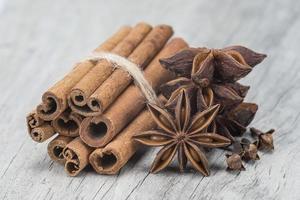 kanel med anis och kryddnejlika över trä foto