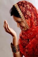porträtt av en ung muslimsk kvinna som ber foto