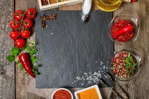 matbakgrund med olika kryddor foto