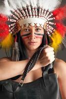amerikansk indisk flicka med påse foto