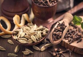 kryddnejlikor och kardemumma kryddor stilleben