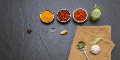 blandade kryddor och örter på bakgrund. foto