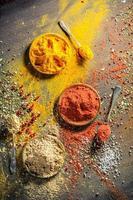 livliga kryddor och örter på gammalt bräde foto