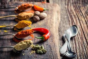 olika kryddor på det gamla bordet foto