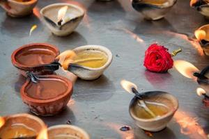oljelampor i sri veeramakaliamman tempel i singapore foto