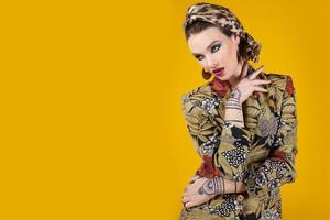 vacker kvinna i orientalisk stil med mehendy foto