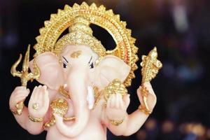 hinduisk gud ganesha herre av gott omen i dramatiskt ljus foto