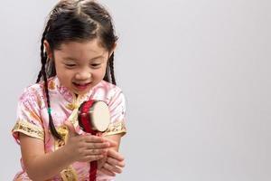flicka som leker leksakstrum bakgrund / flicka som leker leksakstrumma foto
