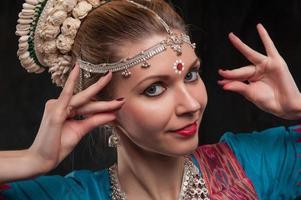 vacker flicka i traditionell dräkt foto