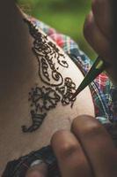 processen att rita mendi-fokus på tatueringen foto