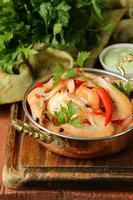 stekt räkor med chili i kopparpanna, indisk stil foto