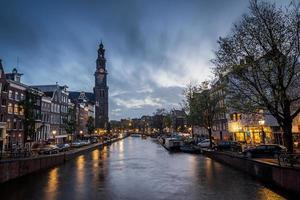 kanalscen i amsterdam med kyrkan foto