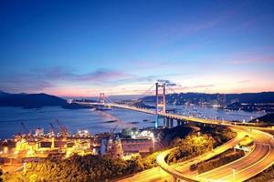 motorvägsbro över natten foto