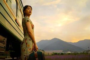 ung kvinna som bär bagage i gammalt retro vintage-tåg,