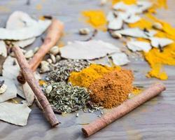 kryddor på träbord foto