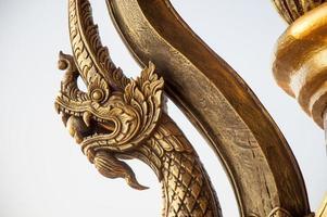 närbild tempel sniderier och statyer foto