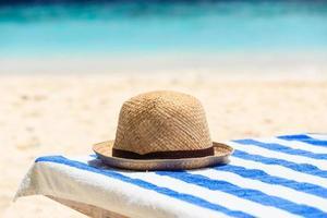 hatt på tropisk strandsemester foto
