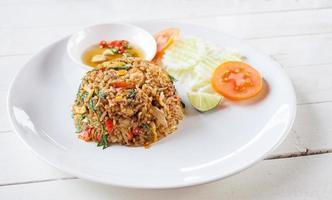 stekt ris med basilika fläsk foto
