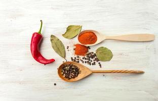 färgglad peppar i en träsked foto