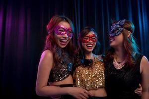 flickor i maskeradmasker foto