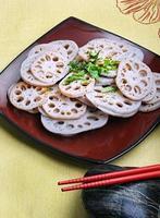 färska skivade lotusrötter. foto