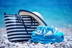 väska och hatt på stranden