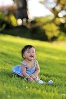 glad baby i parken foto