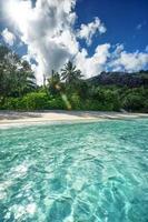 kristallklart havsvatten och mjuk sandstrand