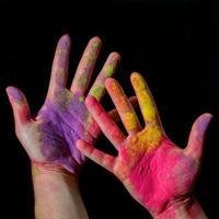 händer med holi färg foto