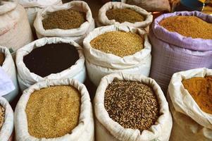 spannmålsmat och kryddor i arabisk butik foto