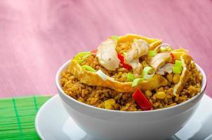 kyckling curry ris med krispiga kinesiska omelleter foto