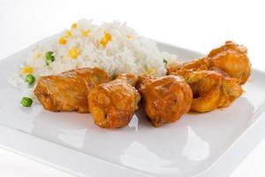 curry kyckling med ris på en vit platta foto
