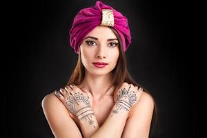 vacker snygg kvinna i orientalisk stil i turban