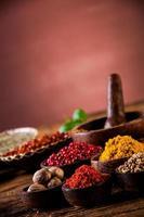 heta kryddor i träskålar foto