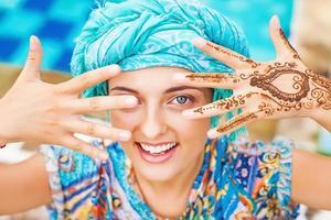 henna tatuering på en kvinnas händer foto