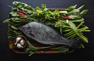 färsk fisk och asiatiska grönsaker foto