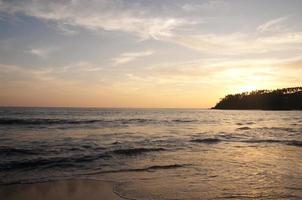 vacker solnedgång vid stranden foto